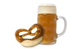 Vetro e ciambellina salata di birra bavaresi di Oktoberfest Immagini Stock Libere da Diritti
