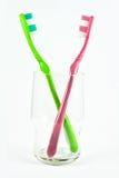 Vetro e due tooth-brushes Fotografie Stock Libere da Diritti