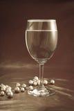 Vetro e perle di vino Fotografia Stock Libera da Diritti
