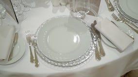 Vetro e piatto alla tavola video d archivio
