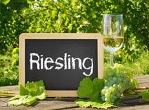 Vetro e segno di vino di Riesling Immagini Stock