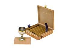 Vetro e sigari in una casella immagine stock