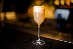 Vetro elegante del vino dolce riempito di coc delizioso di crusta del brandy immagini stock libere da diritti