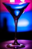 Vetro elegante vuoto di martini su fondo colorato Immagini Stock Libere da Diritti