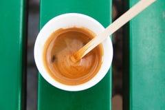 Vetro eliminabile con caffè candid immagini stock