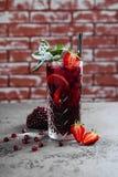 Vetro fresco di cocktailin della fragola immagine stock