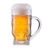 Vetro gelido di birra chiara isolato su una priorità bassa bianca Fotografia Stock Libera da Diritti