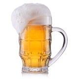 Vetro gelido di birra chiara isolato su una priorità bassa bianca Fotografia Stock