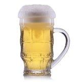 Vetro gelido di birra leggera su un fondo bianco Immagini Stock