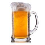 Vetro gelido di birra non filtrata isolato su una priorità bassa bianca Fotografia Stock
