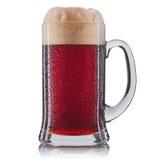 Vetro gelido di birra rossa isolato su una priorità bassa bianca Fotografia Stock