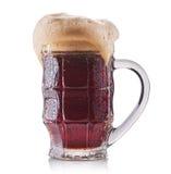 Vetro gelido di birra rossa isolato su una priorità bassa bianca Fotografia Stock Libera da Diritti