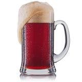 Vetro gelido di birra rossa isolato su una priorità bassa bianca Immagine Stock Libera da Diritti
