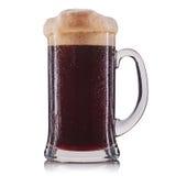 Vetro gelido di birra scura isolato su un fondo bianco Immagini Stock Libere da Diritti