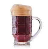 Vetro gelido di birra scura isolato su un fondo bianco Fotografia Stock