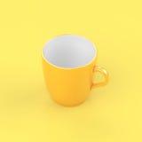 Vetro giallo del caffè di luminosità su fondo giallo fotografia stock libera da diritti