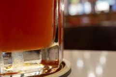 Vetro inferiore di Rose Beer fotografie stock libere da diritti