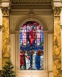 Vetro macchiato della cattedrale di Birmingham sopra l'altare Fotografia Stock