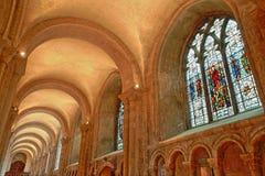 Vetro macchiato e volte dentro la cattedrale nella navata laterale del nord Fotografie Stock Libere da Diritti