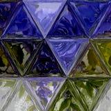 Vetro macchiato porpora, verde, blu e bianco del triangolo grazioso di fondo di effetto immagine stock