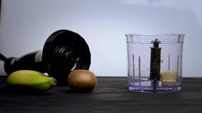 Vetro mescolato e dentro versato del frullato della frutta archivi video