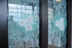 Vetro rotto con le pallottole Vetro a prova di proiettile fotografie stock libere da diritti