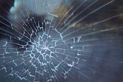 Vetro rotto Incidente criminale alla fermata dell'autobus Foro e crepe nel vetro di una fermata dell'autobus della città Struttur fotografie stock libere da diritti