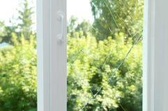 Vetro rotto su una finestra di legno fotografie stock
