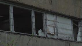 Vetro rotto in una vecchia costruzione Costruzione abbandonata abbandonato con le finestre rotte video d archivio