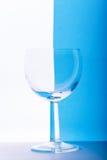 Vetro su fondo bianco e blu Fotografie Stock Libere da Diritti