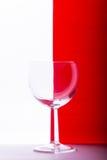 Vetro su fondo bianco e rosso Fotografie Stock Libere da Diritti