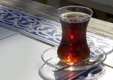 Vetro turco tradizionale di tè sulla tavola di legno Immagini Stock Libere da Diritti