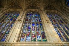 Vetro variopinto della cappella nell'istituto universitario del ` s di re nell'università di Cambridge fotografia stock libera da diritti