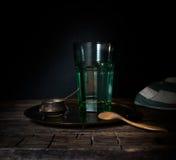 Vetro/vetro con acqua su una tavola di legno Fondo scuro Immagini Stock Libere da Diritti