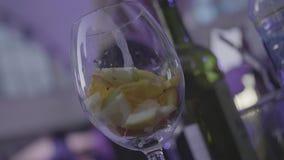 Vetro vuoto con calce, arancia, fette del limone pronte per la preparazione del cocktail Pagina Vetro di vino vuoto con gli agrum video d archivio