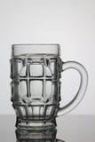 Vetro vuoto di birra su fondo bianco Fotografia Stock