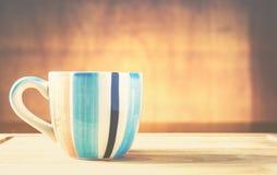 Vetro vuoto sul piatto di legno, tono d'annata di colore Fotografia Stock