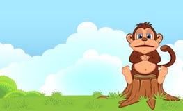 Vette aapzitting in een houten beeldverhaal in een tuin Royalty-vrije Stock Afbeeldingen