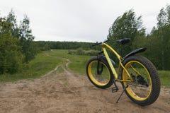 Vette fiets - achtermening van vuile fiets bij horizontale de zomerplatteland, Stock Fotografie