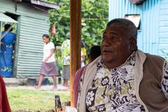 Vette Fijian-mensenzitting ter plaatse in Fiji royalty-vrije stock foto