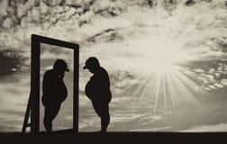 Vette jongen en zijn gedachtengang in de spiegel van een normale jongen tegen de hemel vector illustratie