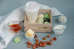 Vette keto pindakaas, matchaballen en het kogelvrije en Witboekkop van de matchakokosnoot voor koffiepauze met een deksel royalty-vrije stock fotografie
