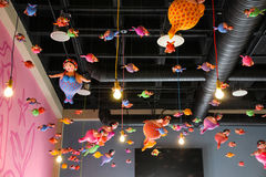 Vette meerminnen die van het dak hangen Stock Fotografie