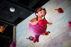 Vette meerminnen die van het dak hangen Stock Afbeelding