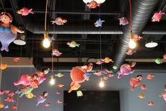 Vette meerminnen die van het dak hangen Royalty-vrije Stock Foto