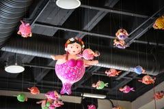 Vette meerminnen die van het dak hangen Royalty-vrije Stock Afbeelding