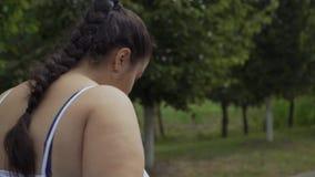 Vette meisjeslooppas langs de weg stock footage