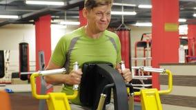 Vette mens in de gymnastiek Fitness en sport Gezonde Levensstijl stock footage