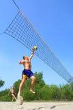 Vette mensensprongen om bal te duwen Stock Afbeeldingen