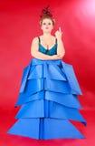 Vette Vrouw in Unieke Blauwe Kleding tegen Rood Royalty-vrije Stock Fotografie